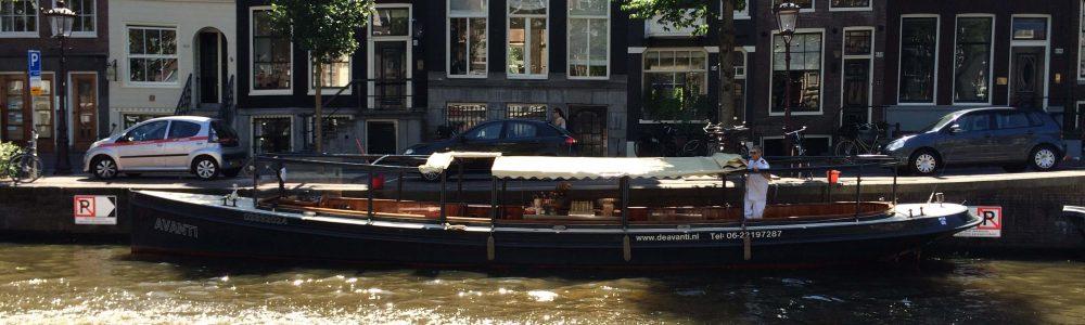 Salonboot Amsterdam huren met slecht weer overkapping dak dicht overspanning met ramen verwarming cabrioboot regengarantie